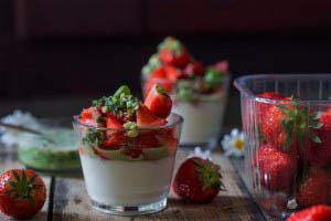 WP_panacotta-med-jordbær-og-basilikum-pesto
