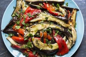 Grillet-aubergine-og-paprika-salat-