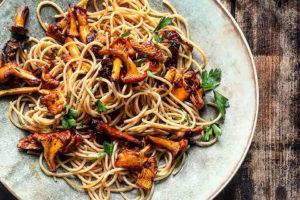 Spagetti,-kantareller-og-soltoerkete-tomater-